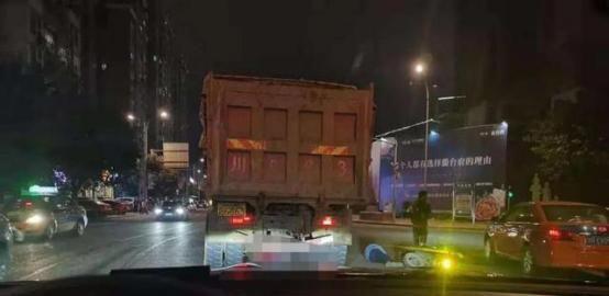 四川南充2车相撞,1人被卷入车底,货车司机竟称没看见