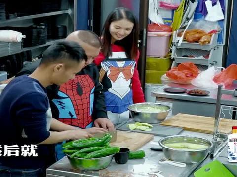 美食作家王刚手把手教郭德纲切菜,用打毛衣的方式切土豆听懵老郭
