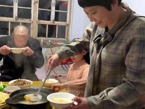 2根红薯1把枣做个养生粥,软糯香甜,配上鸭蛋饼,小葱蘸酱,好吃