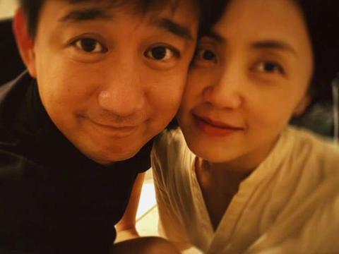 黄磊孙莉结婚17年晒合照,面带微笑