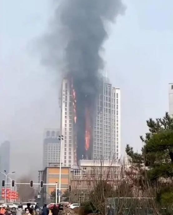 河北石家庄一高层突发大火,浓烟和火焰高达百米,现场爆炸声不断