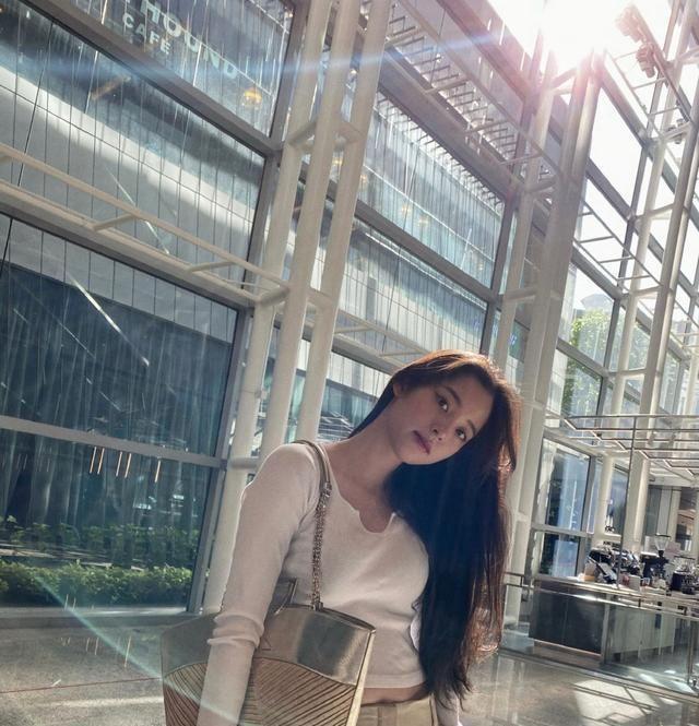 欧阳娜娜白色T恤,配卡其色工装裤,身材比例完美让人惊艳