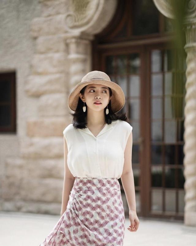 女神都这样穿,白色衬衫上衣配印花半身裙,显高又显瘦