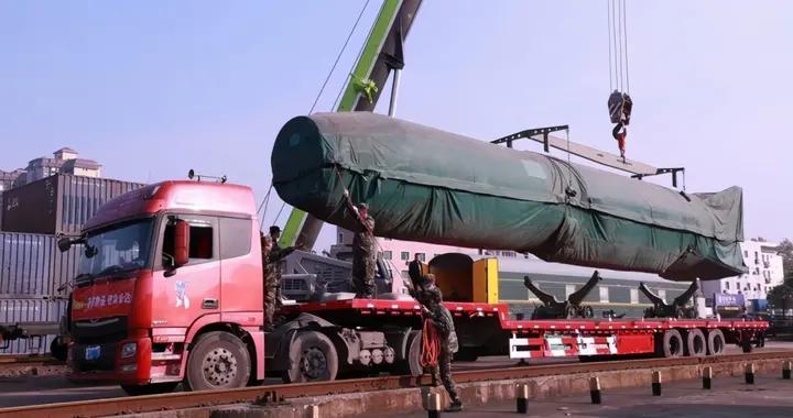 村里来了一枚东风3弹道导弹,向张爱萍将军敬礼
