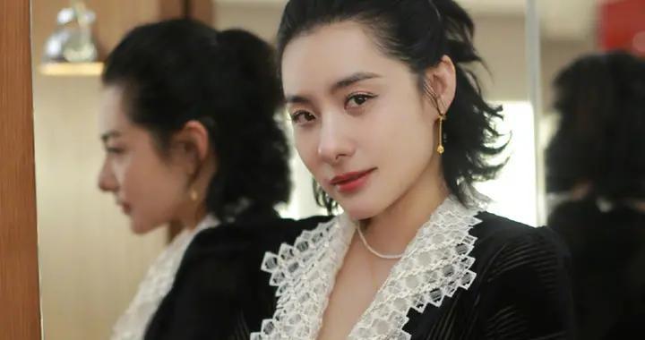 41岁刘璇近照风格大变!穿深V长裙露事业线,全身戴黄金像贵妇