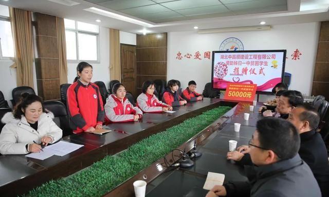湖北省秭归县第一中学5名高一学生,每人被资助1万元