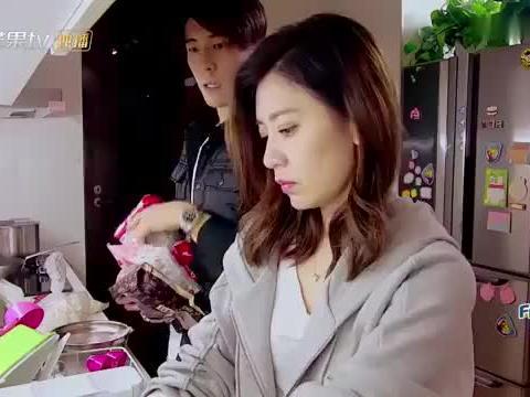 """贾静雯在厨房做饭,咘咘变身""""小天使""""照顾妹妹,互动太逗了!"""