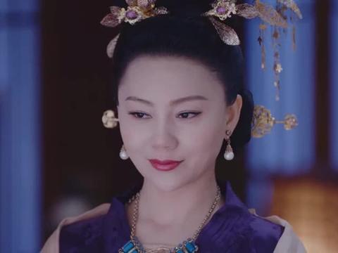 李长乐撞柱子装可怜,没想到君桃直接扔把剑给她,李长乐怂了