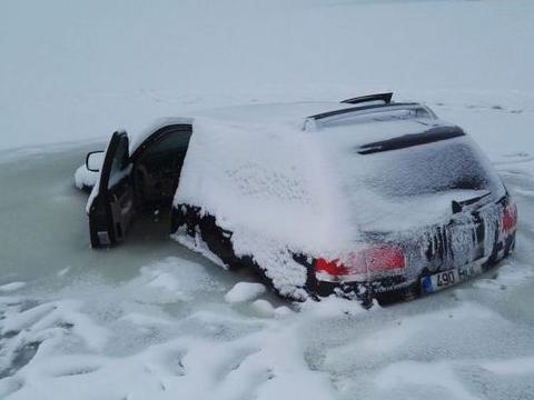 小伙将豪车开进结冰河面,冰面碎裂让他措手不及!