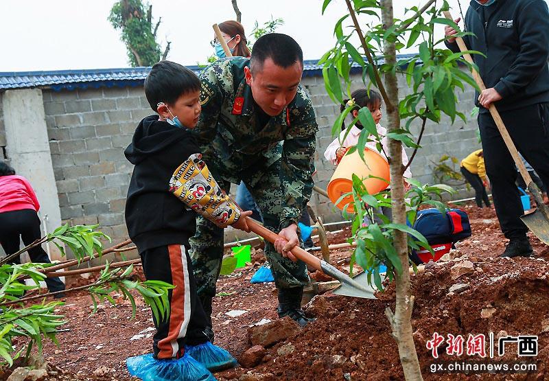 """广西边城崇左军民携手植树为""""家""""添新绿"""