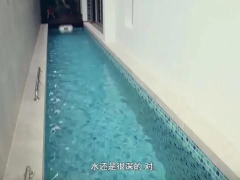 参观许绍雄在新加坡的家,住着复式多层别墅,还做了室内泳池