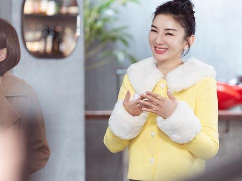 黄奕上恋爱节目相亲,穿鹅黄色外套扮嫩成功,43岁依然相信爱情