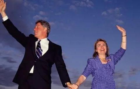希拉里克林顿合体出镜,黑色西装英俊又清爽,手牵手很甜蜜很幸福