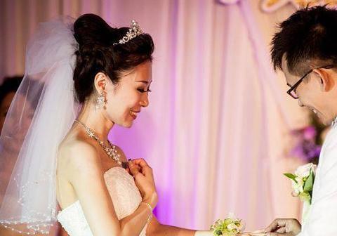 闺蜜结婚我准备六百红包,看到朋友圈她发的婚纱照,我改15字短信