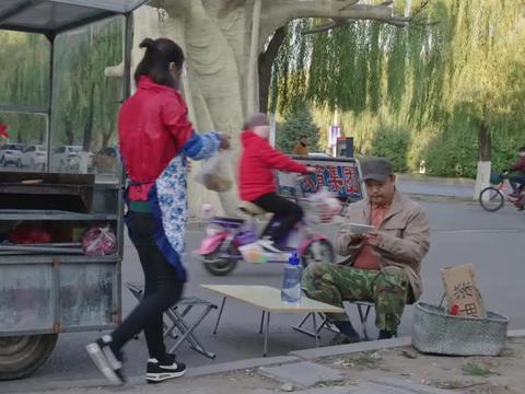 大叔在街上吃杂粮煎饼,结果吃了一口吃出问题:五谷杂粮少一粮