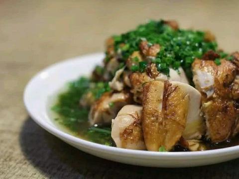 油淋鸡,虽然做法和椒麻鸡差不多,但味道可真不一样,好吃多了