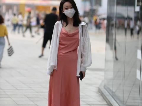 粉色吊带裙搭配防晒开衫,精致中透露着随意,尽显优雅成熟气质