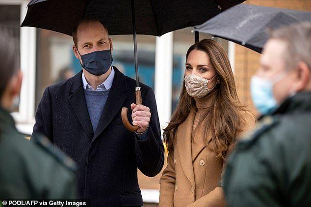 不想被当成时尚偶像,凯特再穿旧大衣,从头到脚焦糖色系疗愈人心