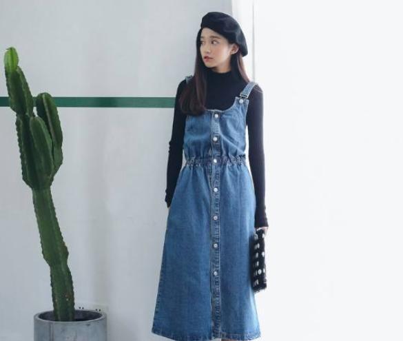 小菇凉穿上背带裙真好看,内搭森女风衬衫,清新减龄,秒变小仙女