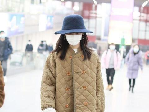 """论穿衣我只服董洁,为吸睛穿""""对格棉服""""走机场,意外个性又洋气"""