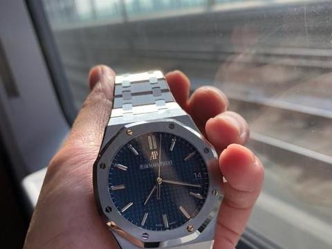 奢华运动腕表的颜值担当非蓝盘皇家橡树莫属,纯爷们看过来