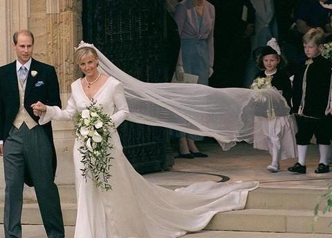 爱德华王子有多爱苏菲,婚礼当天王妃戴的项链,是他亲自设计的