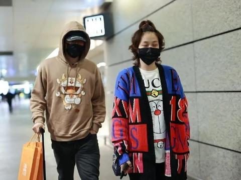 刘翔夫妇甜蜜走机场,同穿卡通运动装,吴莎173身高比例实在好