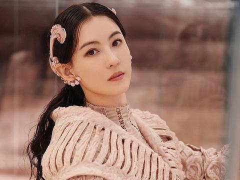 张柏芝T台走秀照,贴头皮发型配直筒裙效果复古优雅