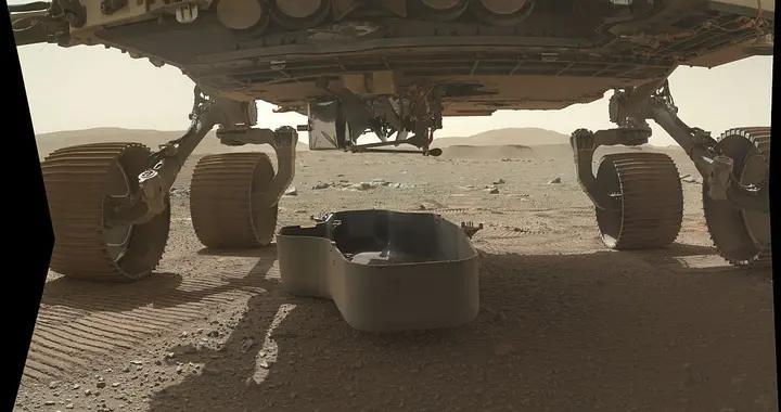 """美国火星车""""毅力号""""传回火星直升机登陆画面"""