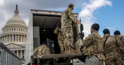 美国国民警卫队运输新冠疫苗途中遭持枪挟持 嫌犯已被捕