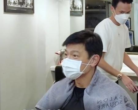 59岁刘德华晒烫头视频,头戴抹布接地气,紧张抠手不见天王风范