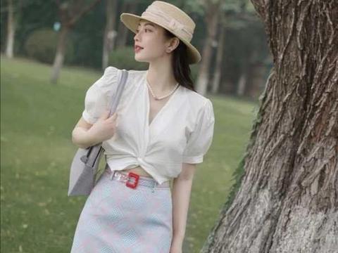 格纹A字半裙成了时尚热门,搭配白衬衫,想不优雅好看都难