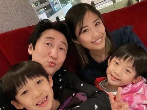 洪天明和妻儿吃顿庆祝结婚9周年,一家四口拍下温馨的全家福