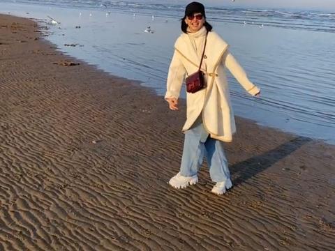47岁牛莉秀妖娆曲线,大长腿抢镜!年轻时和闫妮殷桃共称校花