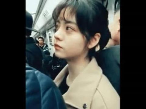 地铁上看到一位清纯可爱的美女, 当她对我笑时我感觉自己恋爱了