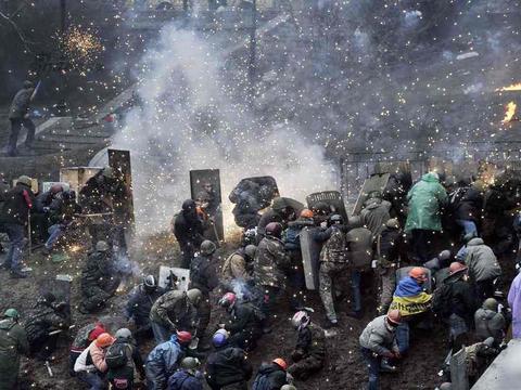 西方公开施压俄罗斯,低调军援乌克兰,力促傀儡泽伦斯基挑战俄