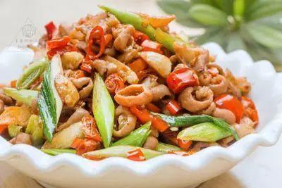 美食精选:红椒爆小肠、青椒炒鸡蛋黄、香芹腊肉、虾仁炒黄瓜