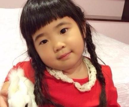 曹格11岁女儿近照太惊艳!包子脸变小尖脸,打扮成熟大秀长腿