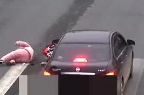 湖南常德一私家车绿灯起步时撞翻斑马线上坐轮椅的女子,被判全责