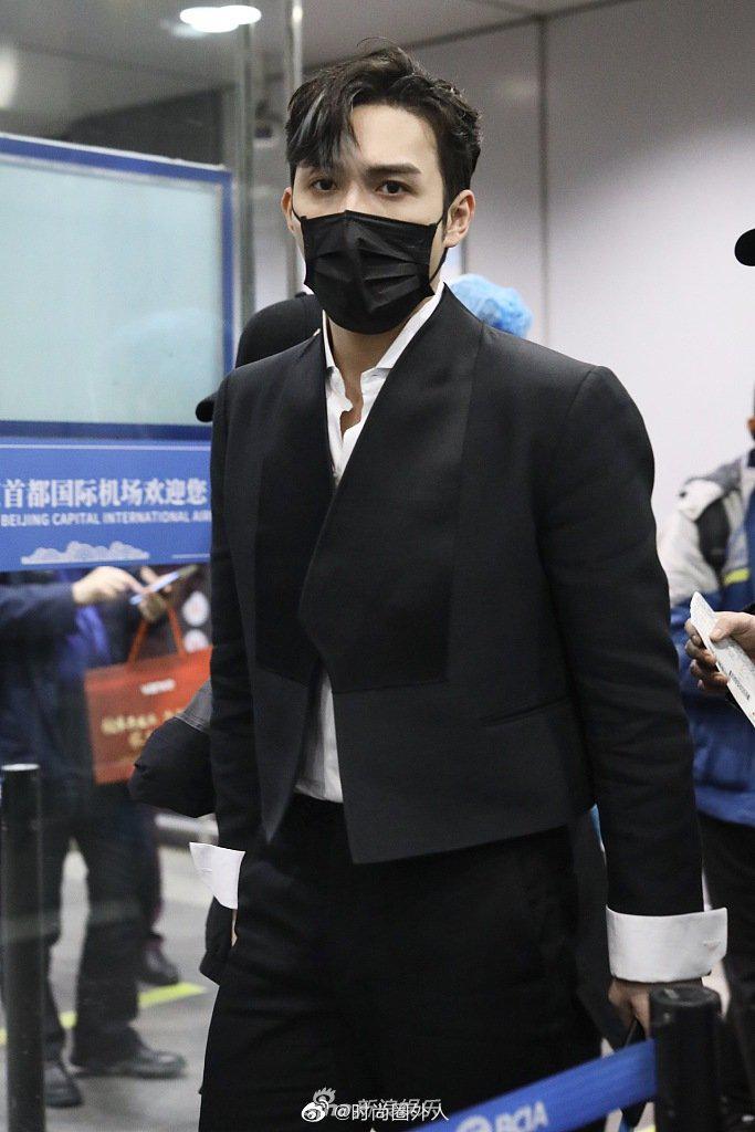 一身黑色西装现身机场,霸道总裁既视感,中分挑染造型好酷……