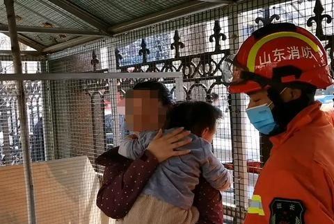 山东济宁一两岁女孩头部被卡防护栏中,消防员温情救援