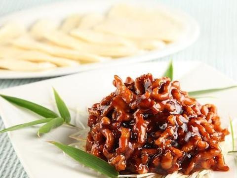 京酱肉丝配上豆皮蔬菜卷,有肉有菜有豆制品,是个特别好的下饭菜