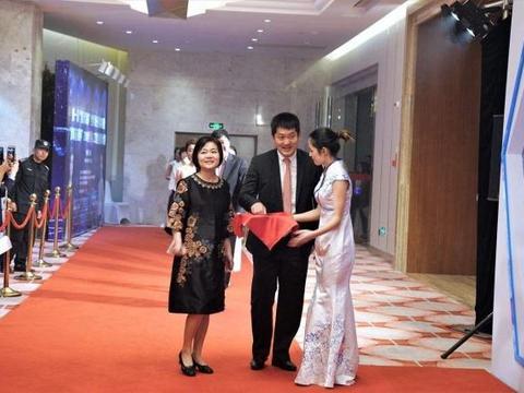 43岁常昊与51岁妻子张璇近照:结婚21年后恩爱美满,女儿已19岁