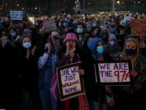 英国刚出台法案对抗暴乱,布里斯托尔暴徒就袭警烧警车