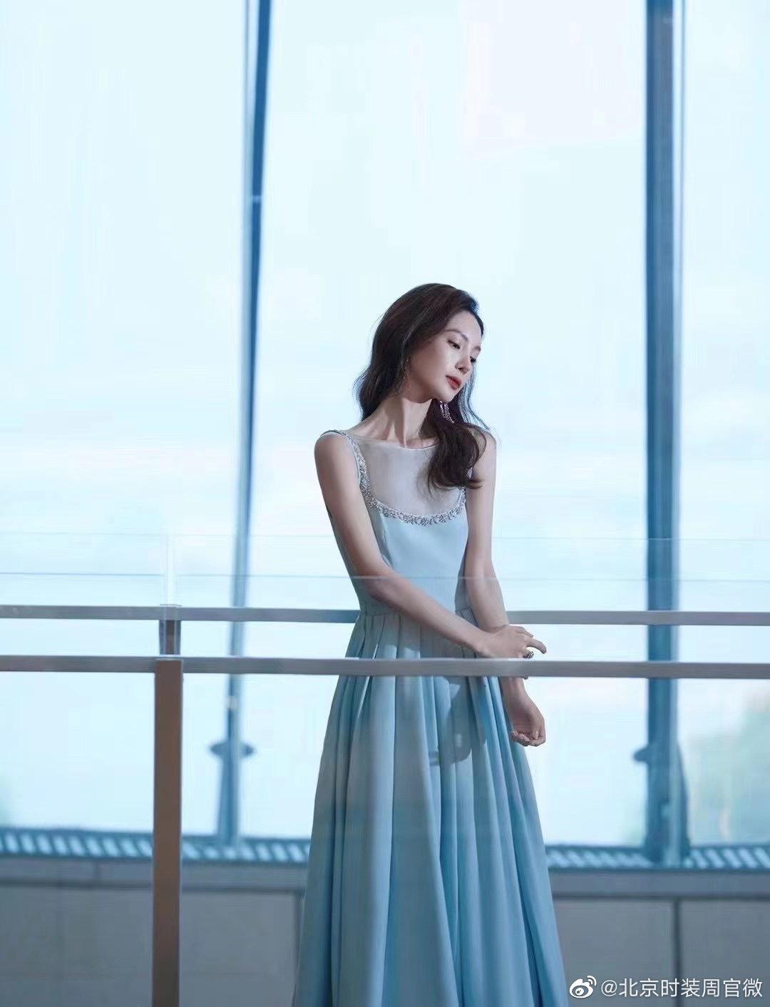 今晚, 身穿Prada饰水晶礼服出席时尚活动,风姿卓越,淡雅迷人