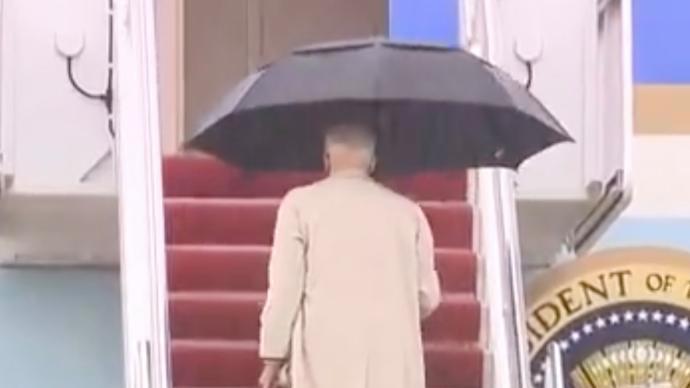 小心翼翼,78岁拜登雨中登上空军一号险些滑倒