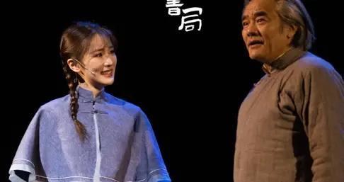 张可盈话剧在京首演,张凯丽低调现身为女儿加油助阵