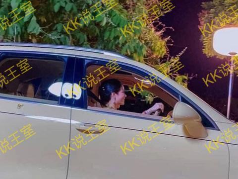 68岁玛哈开车载娇妻,诗妮娜在副驾驶笑靥如花,未见苏提达踪影