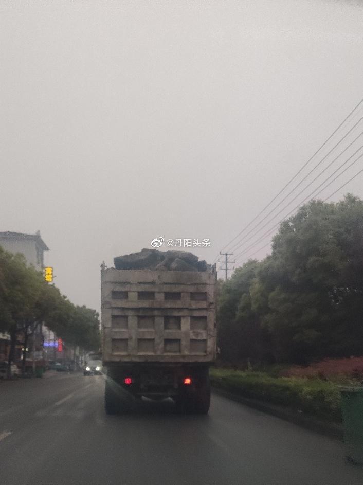有网友发现在丹阳皇塘街上,大货车装着石块……