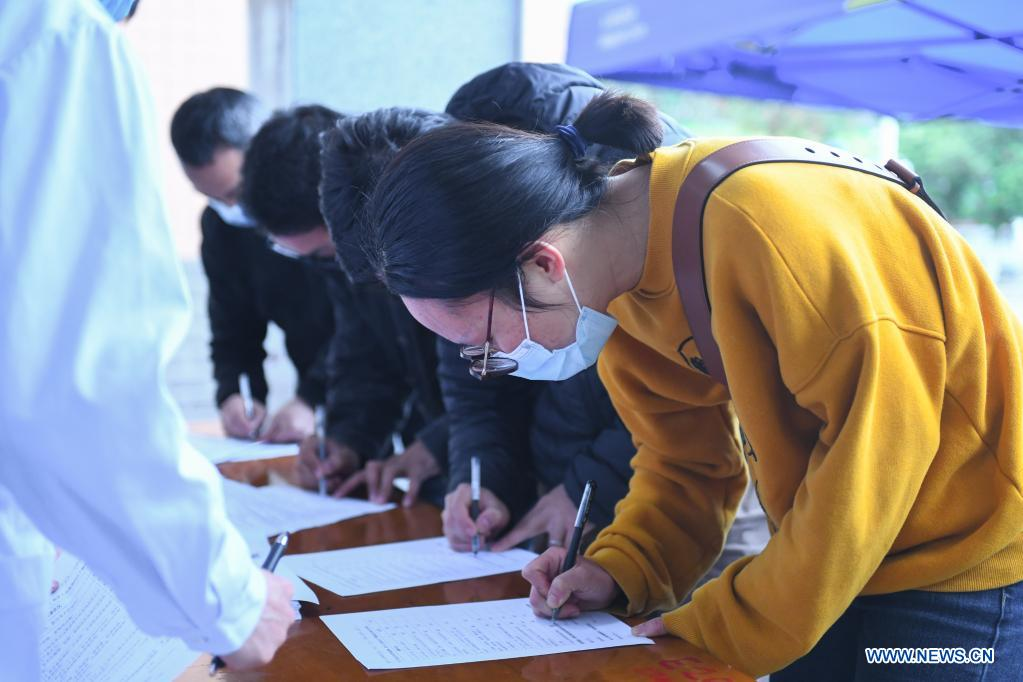 Teachers and students fill in the consent form at a temporary inoculation site in Hunan University of Science and Technology in Xiangtan, central China's Hunan Province, April 1, 2021. Recently, Xiangtan Central Hospital has set up a temporary inoculation site for COVID-19 vaccination at Hunan University of Science and Technology. The inoculation site is divided into two areas with 20 inoculation tables, which can vaccinate 20 people at the same time. The hospital plans to vaccinate more than 40,000 teachers and students. (Xinhua/Chen Zeguo)